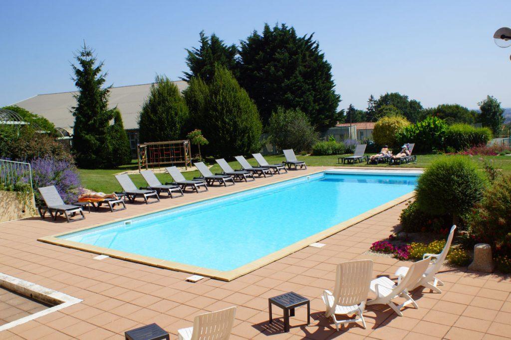 Profitez de la piscine de notre hôtel pour une pause détente !